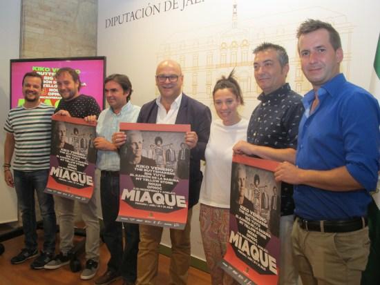 Manuel Fernández, en el centro, junto a Miguel Moreno y miembros de la Asociación Juvenil MiaQué.