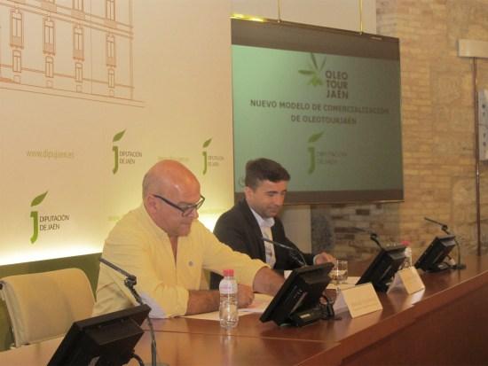 Manuel Fernández, a la izquierda, durante este acto con el que se ha puesto en marcha el Club de Producto Turístico de OleotourJaén.