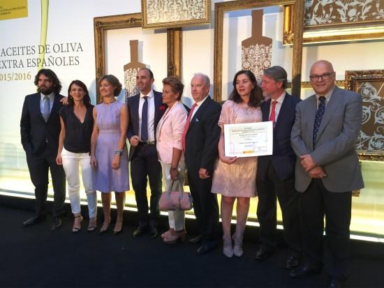 Manuel Fernández, a la derecha, con los aceiteros que han sido galardonados en estos premios.
