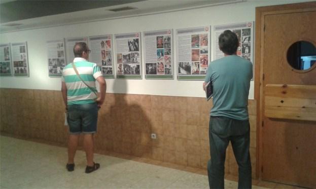 """Visitantes en la exposición """"25 años con el cine español y rodajes en Jaén"""" en Peal de Becerro."""