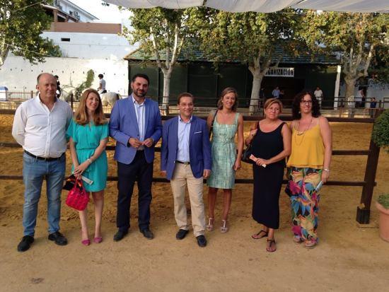Francisco Javier Fernández, junto al alcalde de Andújar, Francisco Huertas, y miembros de su equipo de gobierno. Foto: Ayto. Andújar.