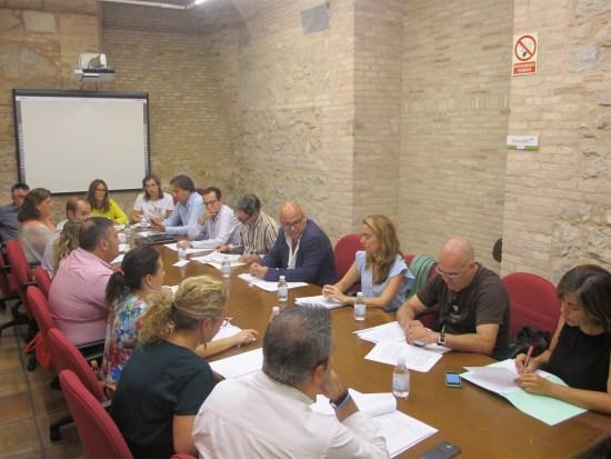 Manuel Fernández, en el centro, a la derecha, durante la constitución de esta mesa de calidad turística.
