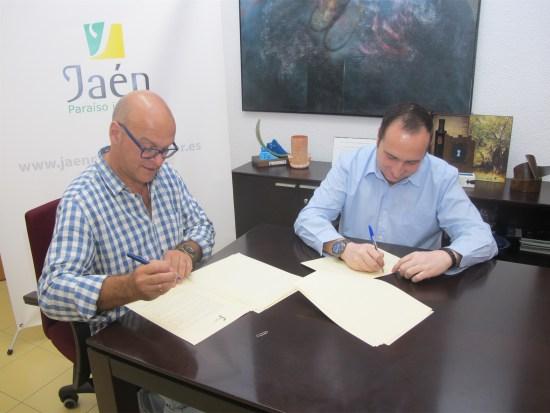 Manuel Fernández y José Ayala suscriben el convenio de colaboración.