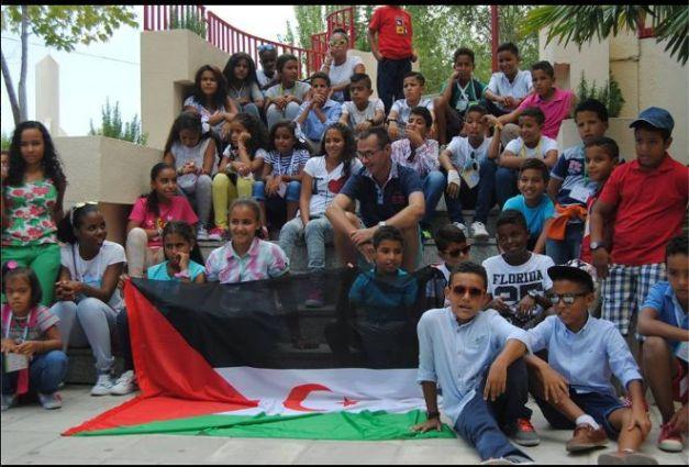Los niños saharauis se juntan, a las puertas de la Asociación de Apoyo al Pueblo Saharaui de Jaén, situado en el edificio de la Cruz Roja.