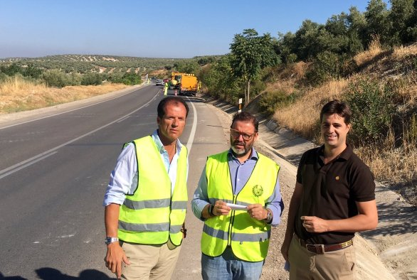 El delegado territorial de Fomento y Vivienda, Rafael Valdivielso, en la carretera de Ibros.