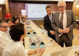 Sánchez Maldonado conversó con los responsables de los nuevos proyectos de emprendimiento tecnológico. Foto: Junta de Andalucía.