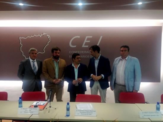 El presidente de la Diputación de Jaén, en el centro, junto a miembros de la junta directiva de la CEJ.