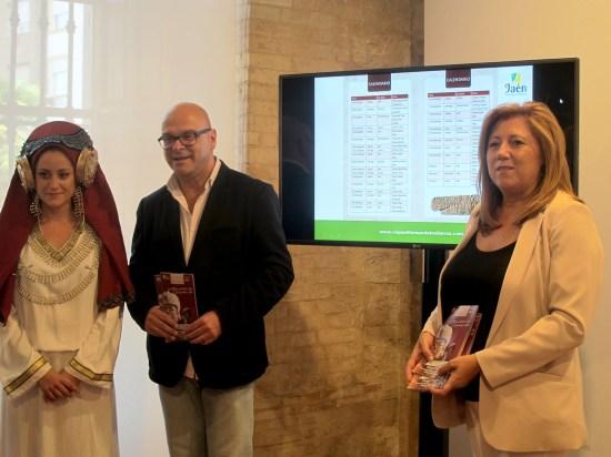 Manuel Fernández y Pilar Salazar han estado acompañados en esta presentación por una de las actrices íberas que participarán en las representaciones teatrales de La Paca.