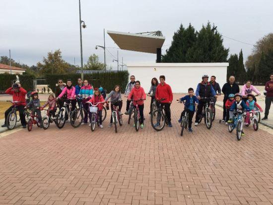 Los niños disfrutaron de un paseo en bicicleta por Villanueva de la Reina.