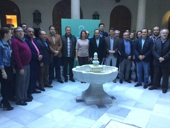 Ana Cobo y Antonio de la Torre junto a los alcaldes de la provincia.