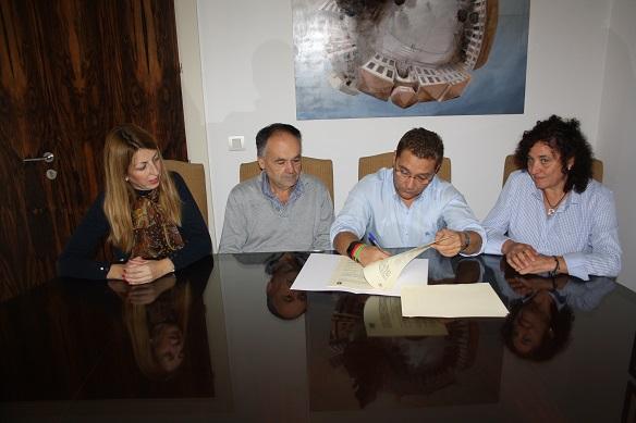 El alcalde de Andújar, Paco Huertas, y el director del I.E.S. Nuestra Señora de la Cabeza, Francisco Toribio, han suscrito este convenio.