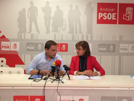 Paco Huertas y Natividad Redondo,  durante la comparecencia pública.