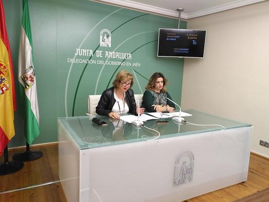 La delegada territorial de Igualdad, Salud y Políticas Sociales, Teresa Vega, ha estado acompañada por la coordinadora provincial del Instituto Andaluz de la Mujer (IAM), Beatriz Martín.