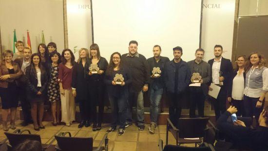 Foto de familia con autoridades y premiados en este festival.