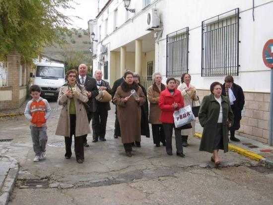 Un grupo de personas mayores cantan las mononas en Villanueva de la Reina.