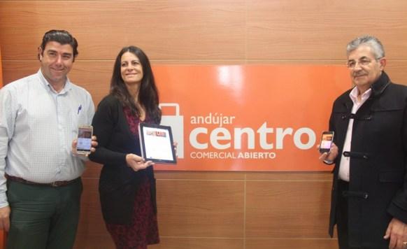 El presidente del CCA de Andújar, Joaquín Criado, junto al gerente del CCA, Ángel Luís Calzado, y la gerente dela Cámara de Comercio, Ana Peña.