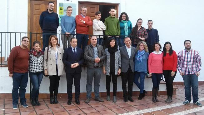 El alcalde, el delegado y la técnica junto a los primeros integrantes  de la Lanzadera de Empleo.