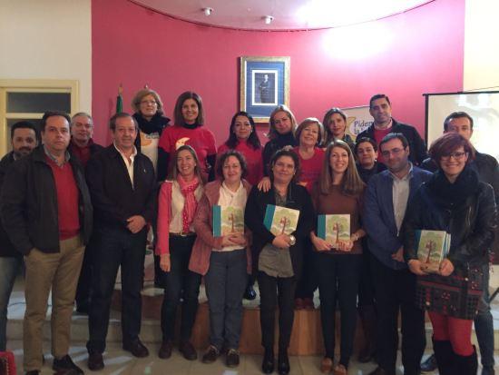 """La concejala de Educación, Alma Cámara, y la presidenta de la Asociación """"Pídeme la Luna"""", Marisol Escribano,  han entregado estos libros."""