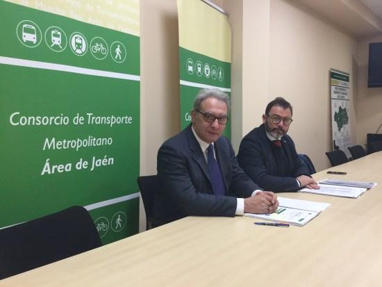 El delegado de Fomento y Vivienda, Rafael Valdivielso, en la presentación del balance anual del Consorcio de Transporte jiennense, en la que ha estado acompañado por el gerente del ente, Antonio Cuenca.