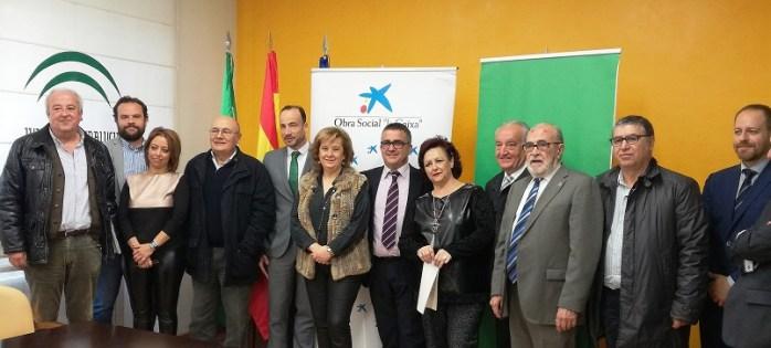 Vega, en el centro, con los directores de Negocio de La Caixa y de Banca de insituciones y representantes de las asociaciones beneficiadas.