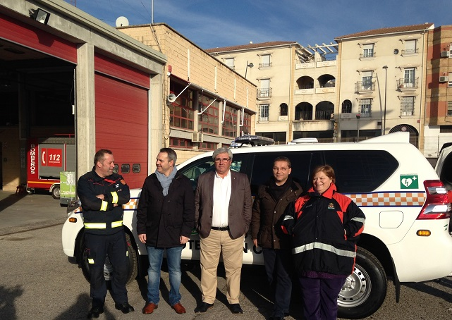 El alcalde de Andújar, Paco Huertas, y el diputado de Servicios Municipales, Bartolomé Cruz, han presentado hoy la nueva ambulancia de Protección Civil de Andújar.