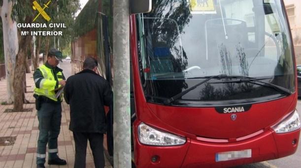 Un guardia civil supervisa la documentación de un autobús. Foto: Guardia Civil.