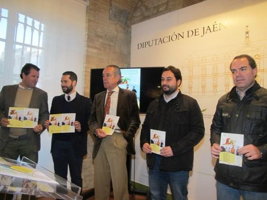 De izquierda a derecha: Pedro Bruno, Darío Díaz, Hipólito Pousibet, y miembros de la junta directiva de la Asociación Amigos de Santo Reino de Jaén.
