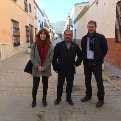 José Castro, en el centro, ha visitado distintas calles adecuadas con financiación de la Diputación en Villanueva de la Reina.