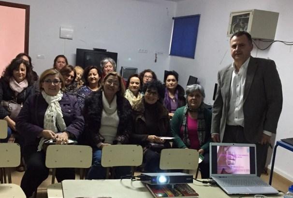 El ginecólogo del Hospital Alto Guadalquivir Manuel Muñoz junto a las asistentes a esta charla.