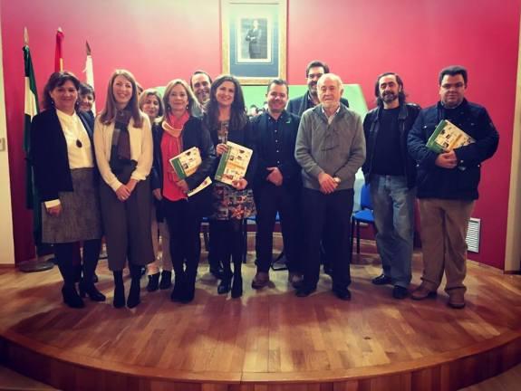 Yolanda Caballero, Aurelia Calzada y Alma Cámara, junto a algunos responsables de centros educativos de la provincia.