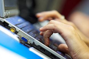 Un ciudadano utiliza su ordenador portátil. Foto: Junta de Andalucía.