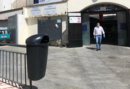 La Concejalía de Medio Ambiente del Ayuntamiento de Andújar refuerza la presencia de papeleras en la zona comercial.