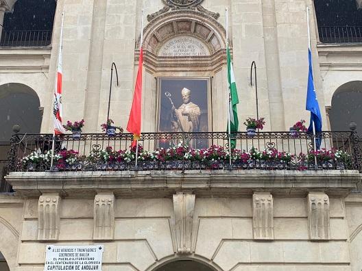 La imagen de San Eufrasio presidirá la fachada del Ayuntamiento de Andújar hasta el próximo domingo.