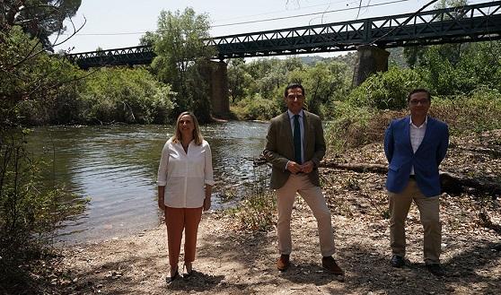 Juanma Moreno pone en valor las obras de emergencia en el Puente de Hierro sobre el río Jándula que han permitido salvarlo.
