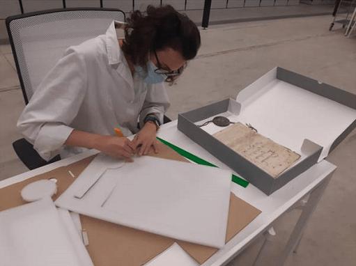 Diputación mejora las condiciones de conservación de documentos singulares de su Archivo Provincial.