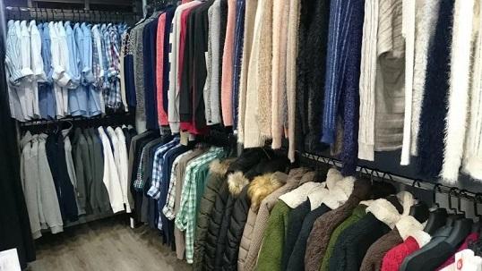 El Ayuntamiento de Andújar autoriza a los comercios minoristas de moda y complementos el uso de la vía pública durante los viernes y sábados para impulsar su actividad.