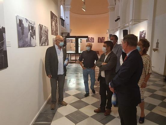 El Centro Cultural Baños Árabes acoge una exposición del periodista gráfico Pablo Juliá sobre la Transición en Andalucía.
