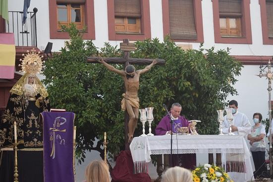 La Plaza de la Constitución de Lopera acogió una misa funeral por los fallecidos durante el estado de alarma.