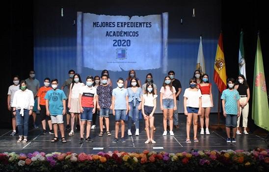 El Ayuntamiento de Marmolejo entrega los reconocimientos a los mejores expedientes académicos.