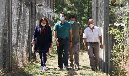 Juanma Moreno anuncia la puesta en valor del Centro de Recuperación del Quebrantahuesos en Cazorla como referente mundial.