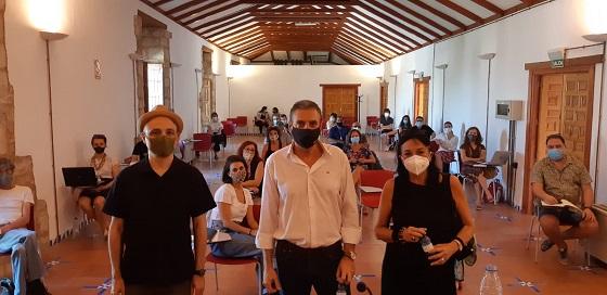 El diputado de Cultura y Deportes visita al alumnado del taller del certamen «Rodando por Jaén».