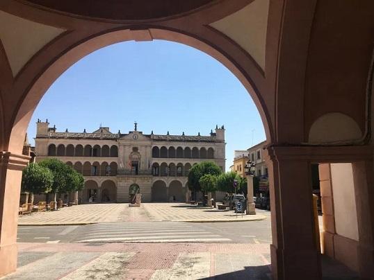 El Área de Medio Ambiente de Andújar impulsa la mejora de la ornamentación de las rotondas ubicadas en las calles La Palma y Bernardino Martínez.