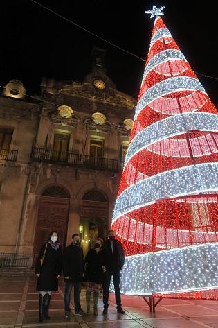 Los edificios de la Diputación encienden su iluminación navideña con 160.000 microlámparas de bajo consumo.