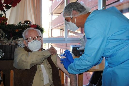 Antonio, de Bélmez, y Encarnación, de Linares, los primeros en recibir la vacuna contra el Covid en Jaén.
