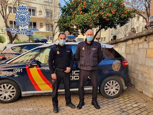 Dos Policías Nacionales socorrieron a un hombre víctima de un atropello en Jaén.