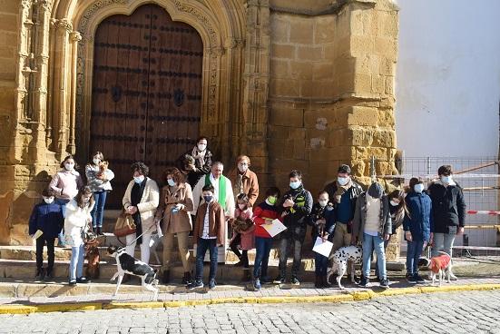 El párroco de Lopera, Manuel Casado, bendice los animales en la festividad de San Antonio Abad.
