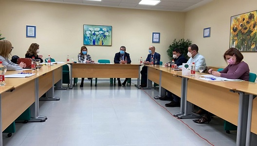 """Alcaldes y alcaldesas de la Campiña trasladan a la delegada de Salud su malestar """"por el riesgo de colapso del Hospital Alto Guadalquivir"""" debido a su """"desfasada gestión""""."""