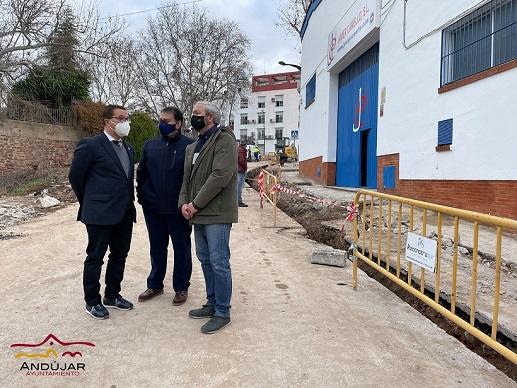 La actuación en la calle Puerta de Córdoba de Andújar renovará los acerados, la calzada y la instalación de abastecimiento.