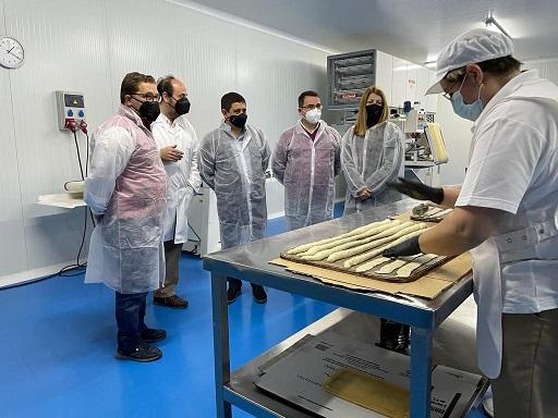 El presidente de la Diputación visita en Andújar la empresa Pan de Olivo, adherida a Degusta Jaén.