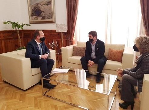 El presidente de la Diputación recibe en el Palacio Provincial al rector de la Universidad Internacional de Andalucía.